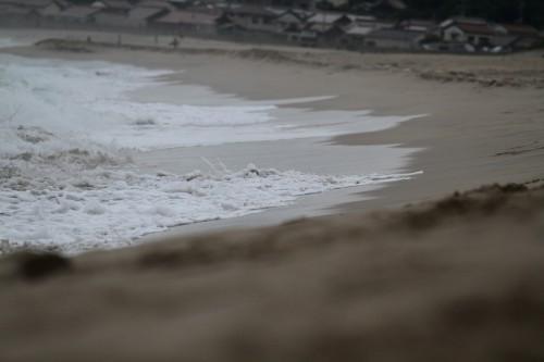 荒れた波が打ち寄せる海岸