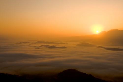 雲海を朝日が照らす