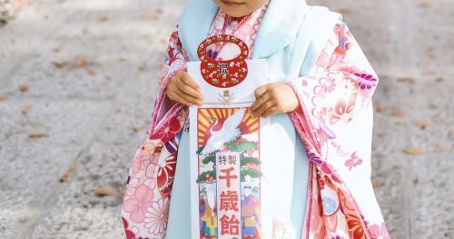 千歳飴をしっかりと持つ晴れ着姿の女の子