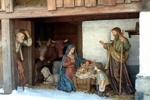 馬小屋にてイエス・キリストを囲むマリアとヨセフ
