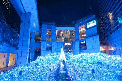 カレッタ汐留の青白い光のイルミネーション