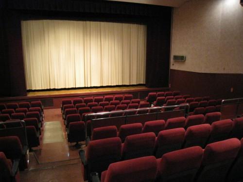 小さな映画館の客席とスクリーン