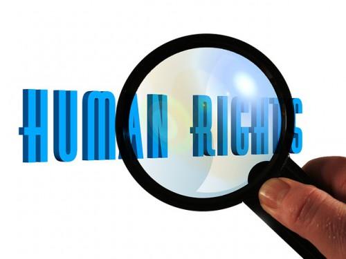 human rights(人権)の文字を虫眼鏡で拡大している