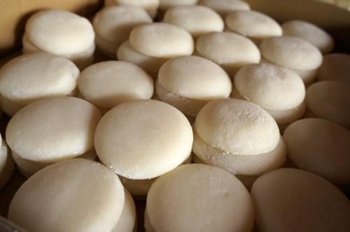 2個ずつ重ねて並んでいる丸餅たち
