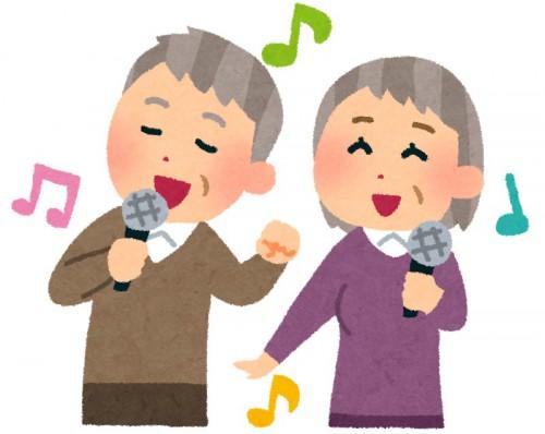 カラオケで歌う高齢の男女