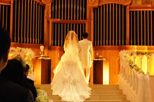 チャペルで祭壇の前に立つ新郎新婦