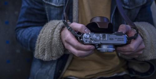 デジタルカメラの設定をしているカメラマンの手元
