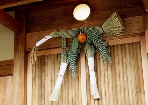 木の玄関に付けられた牛蒡注連の注連飾り