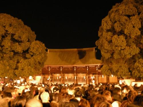 明治神宮へ初詣の人々
