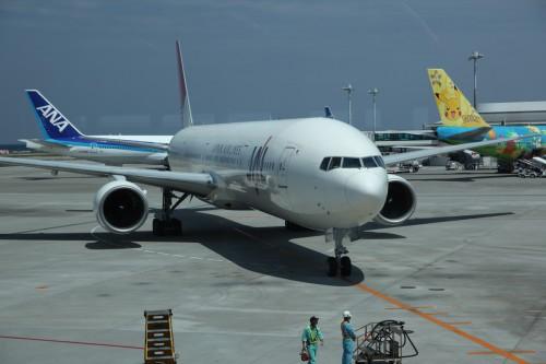 正面にJAL機、右手にANAのポケモンジェット機が駐まる飛行場