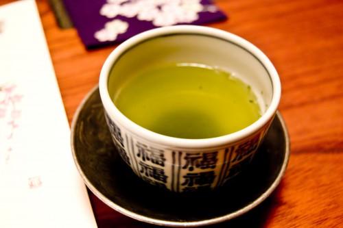 湯飲みに入った煎茶