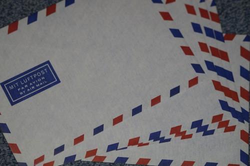 ドイツ語で航空便と書かれた国際郵便用封筒