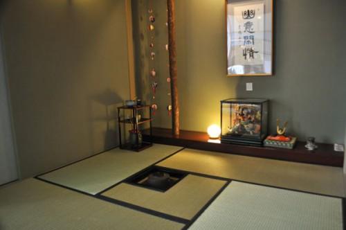 床の間に五月人形や兜飾りをしつらえた茶室
