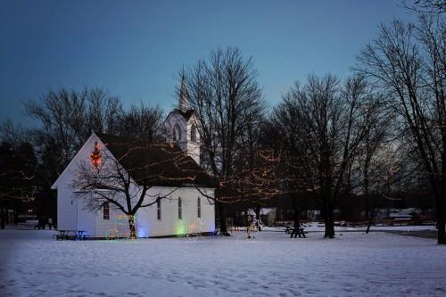 トナカイとそりの電飾が施された外国の教会