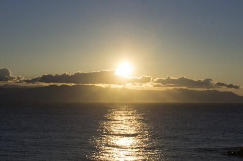 海水を明るく照らす初日の出