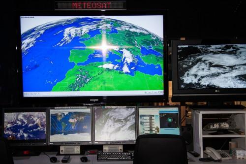 複数のモニターに気象衛星メテオサットの画像が映っている