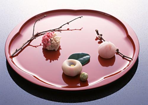 大皿の上に桜、梅、椿の練り切りがそれぞれの枝や葉と一緒に置かれている
