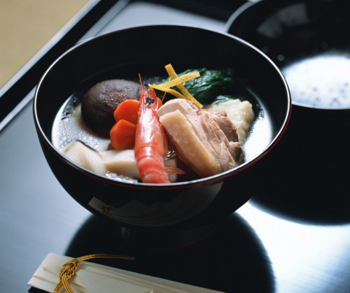 すまし仕立てで海老、鶏肉、小松菜などが入っている雑煮