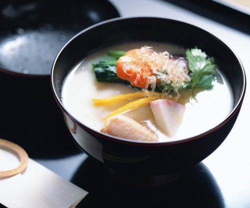 白味噌仕立てで人参、ほうれん草、蒲鉾などが入っている雑煮