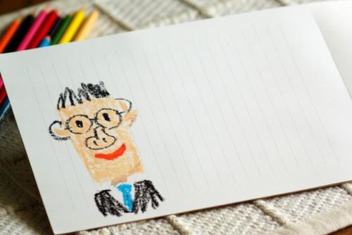 便箋に描かれたお父さんの似顔絵と色鉛筆