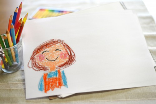 画用紙にお母さんの似顔絵、色鉛筆とパステル