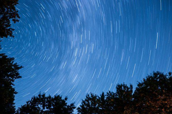 天空を回る無数の星