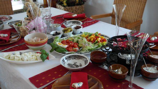 イースター・バニーとチョコレートフォンデュの食卓
