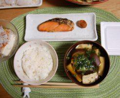 左から冷や奴・塩鮭・梅干し・納豆・茄子の味噌汁・ご飯