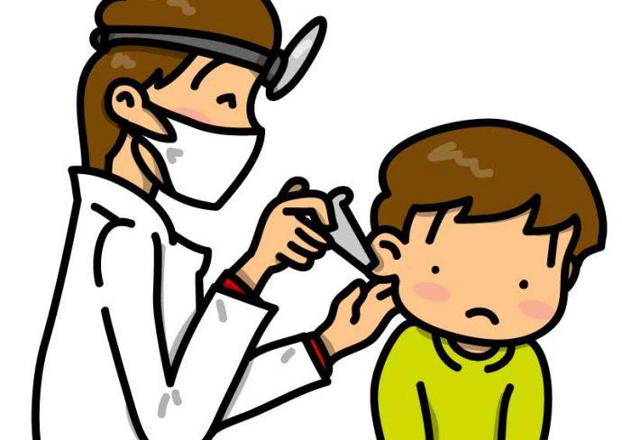 耳の診察を受ける男の子