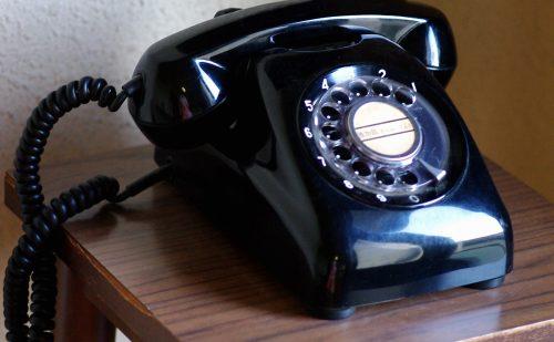 回転ダイヤル式の黒電話機