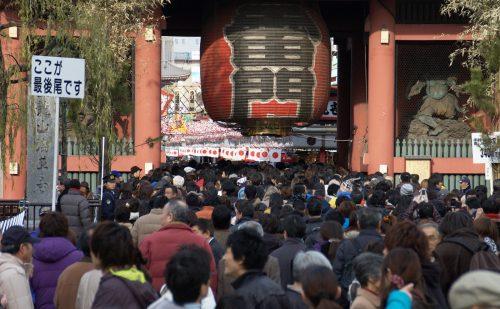 雷門の外まで溢れる浅草寺の初詣客