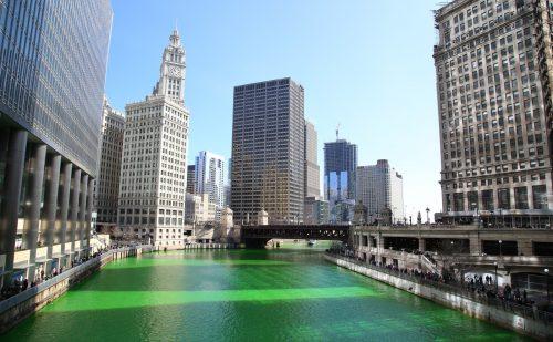 川の色が緑色になったシカゴ川とダウンタウンの写真