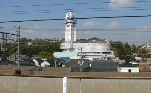 山陽電車人丸前駅ホームから見た明石天文科学館と東経135度線の写真