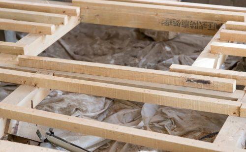 建設中の木造家屋の基礎部分の写真