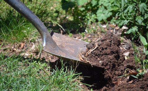 シャベルで土を掘り起こす写真